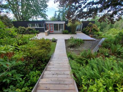 Custom-Decks-cedar-deck-weathered-gray-color-Bellevue-Washington